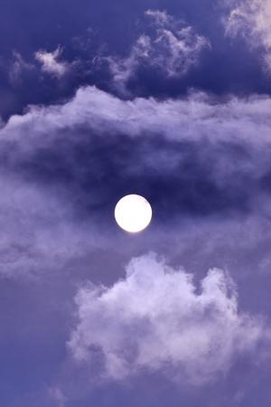 雲に隠れた太陽。